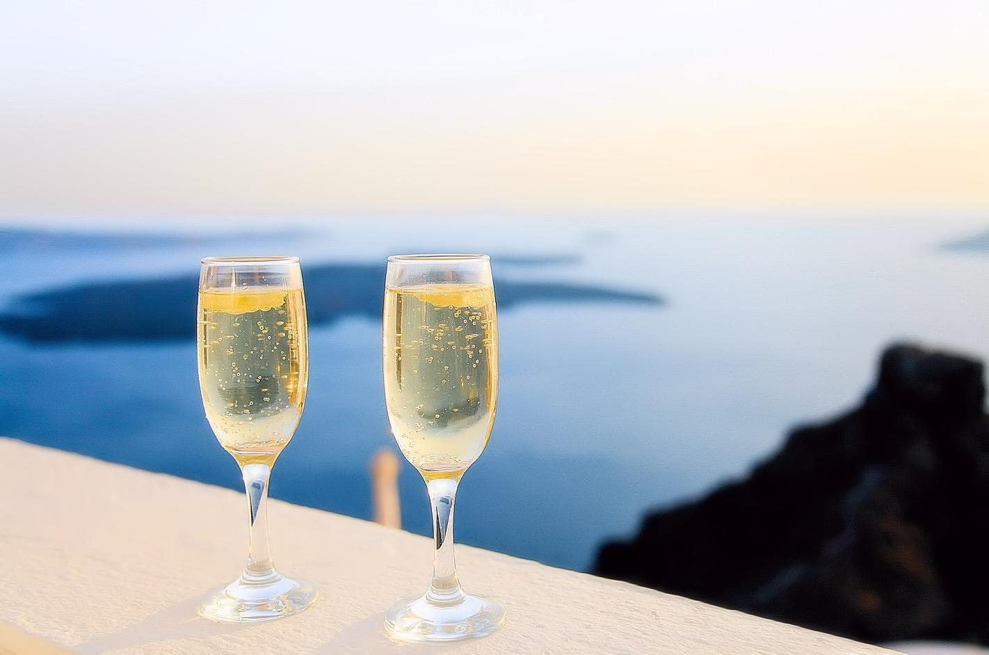 乾杯する黄金のスパークリングワイン