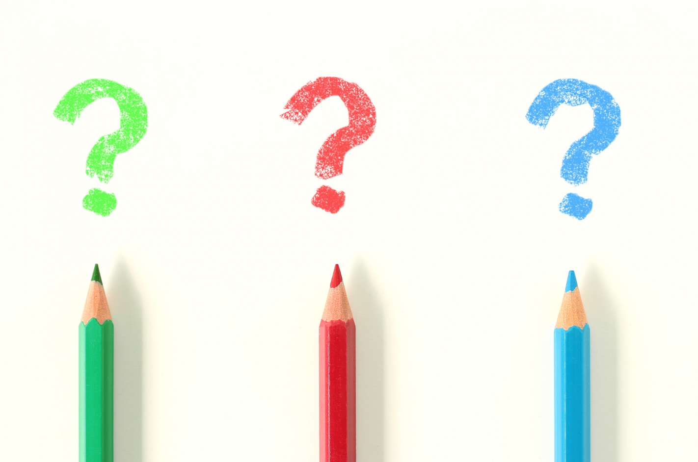 3色の色鉛筆とクエスチョン