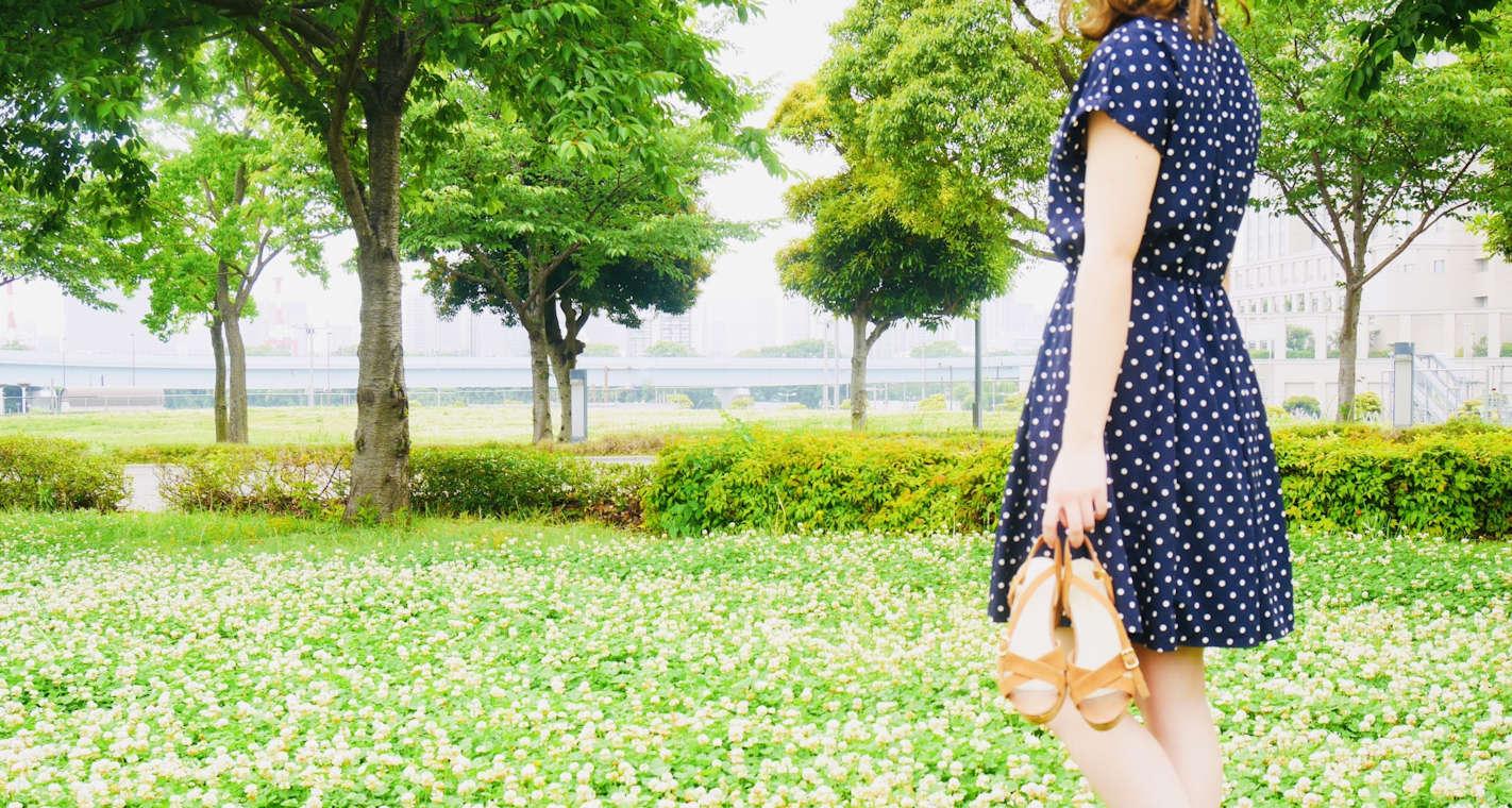 デートで草の上を歩く美しい女性